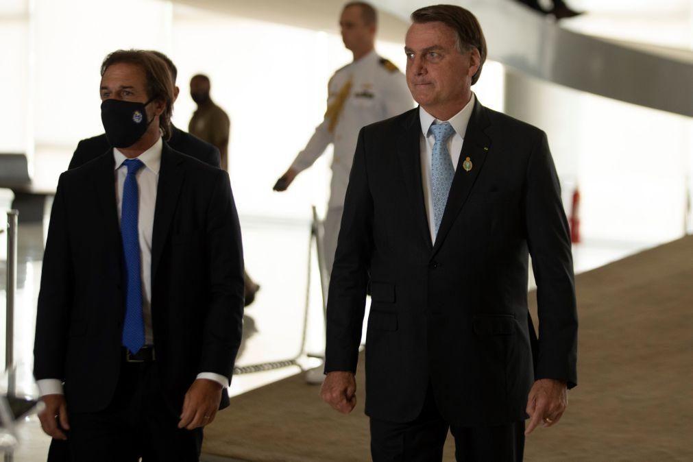 Covid-19: Bolsonaro compromete-se com vacinação mas é chamado de genocida no Congresso
