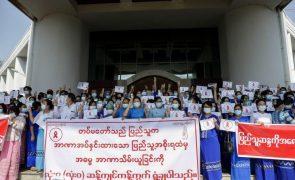 Centenas de manifestantes protestam contra golpe de Estado em Rangum, Myanmar