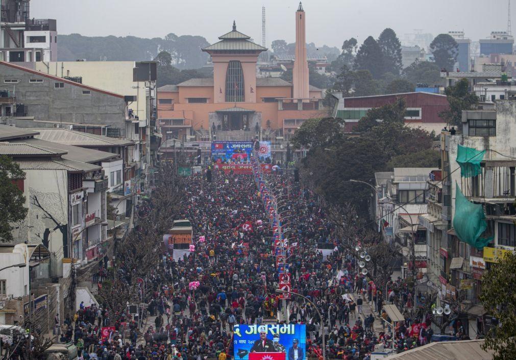 Luta interna entre os comunistas no poder no Nepal faz aumentar manifestações