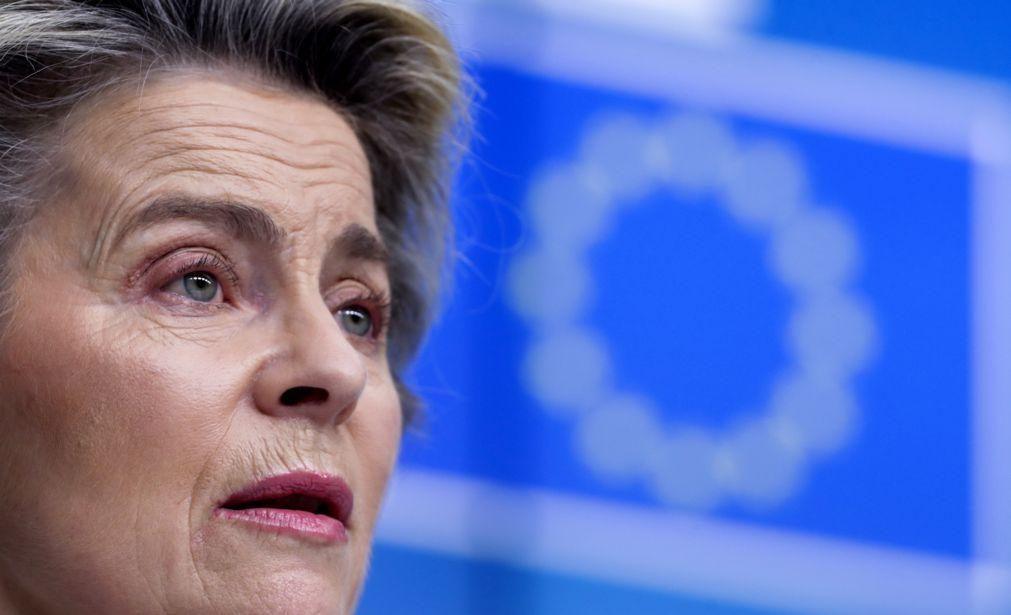 Quatro líderes da UE pedem a Von der Leyen para acelerar novas vacinas