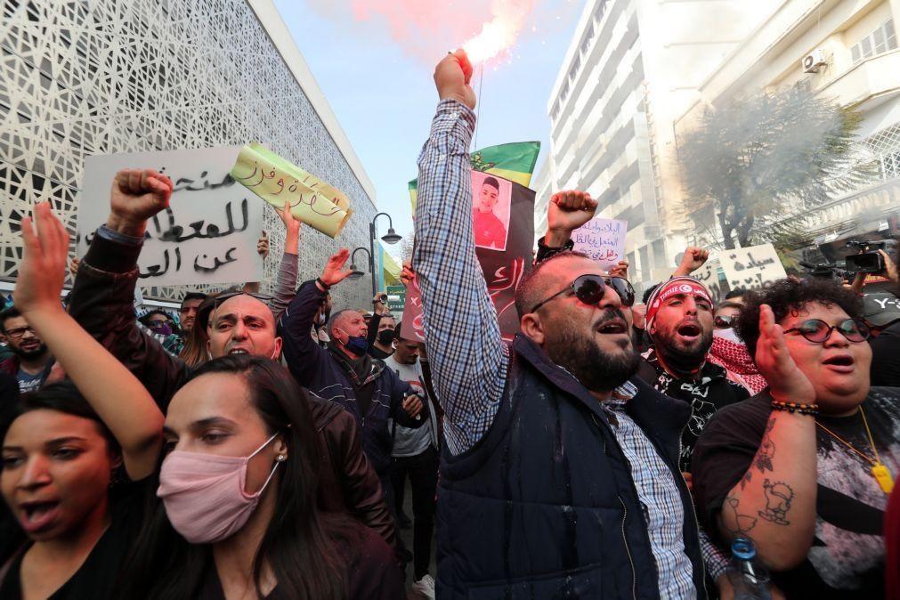 Duas mil pessoas protestam na Tunísia contra a repressão policial