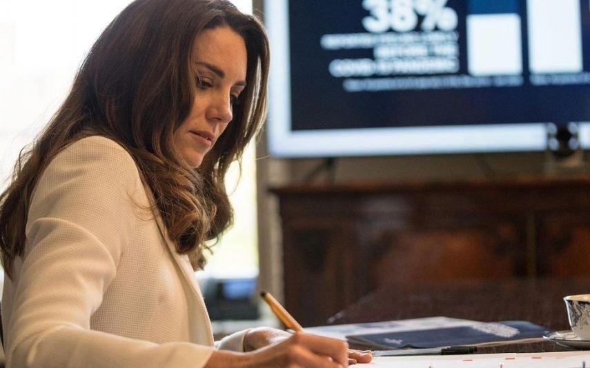 Kate Middleton copia tendência de Letizia e brilha com look reciclado no confinamento