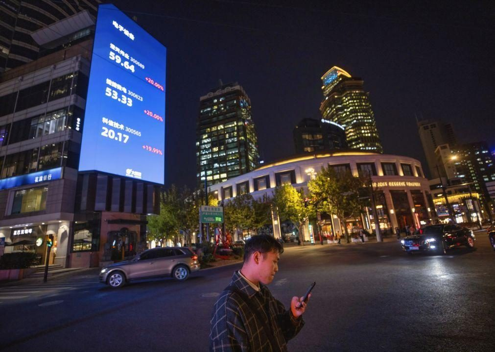 Bolsa de Xangai encerra a subir 1,03%