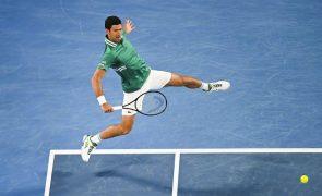 Djokovic inicia defesa do título com triunfo fácil frente a Chardy no Open da Austrália