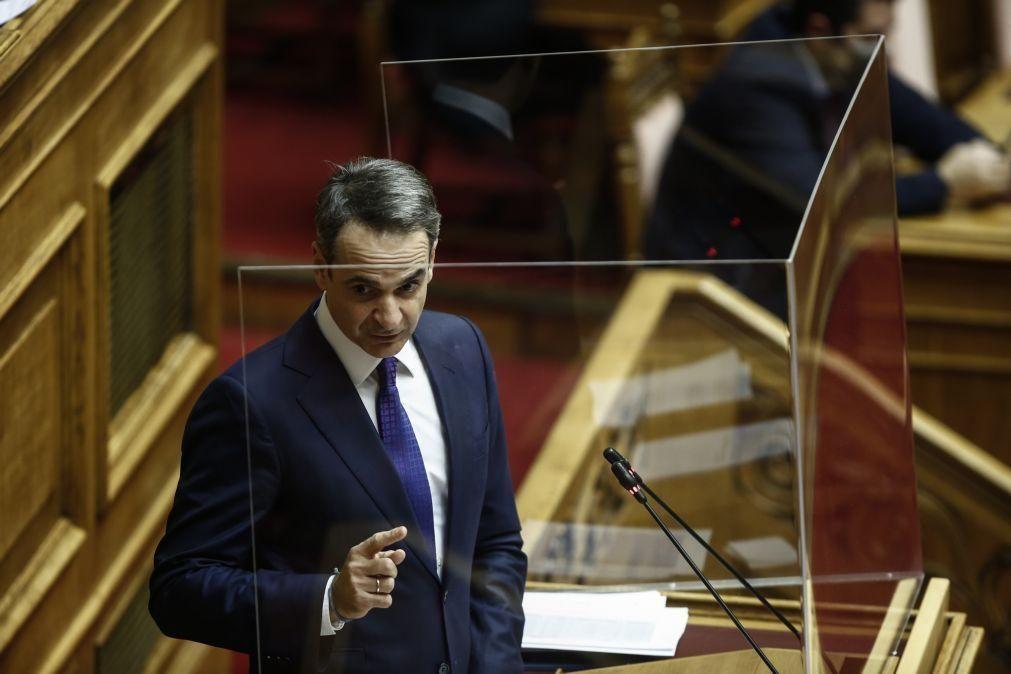 Primeiro-ministro grego enfrenta polémica após almoço com cerca de 25 pessoas