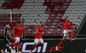 Benfica vence Famalicão com dois golos madrugadores e alcança Braga