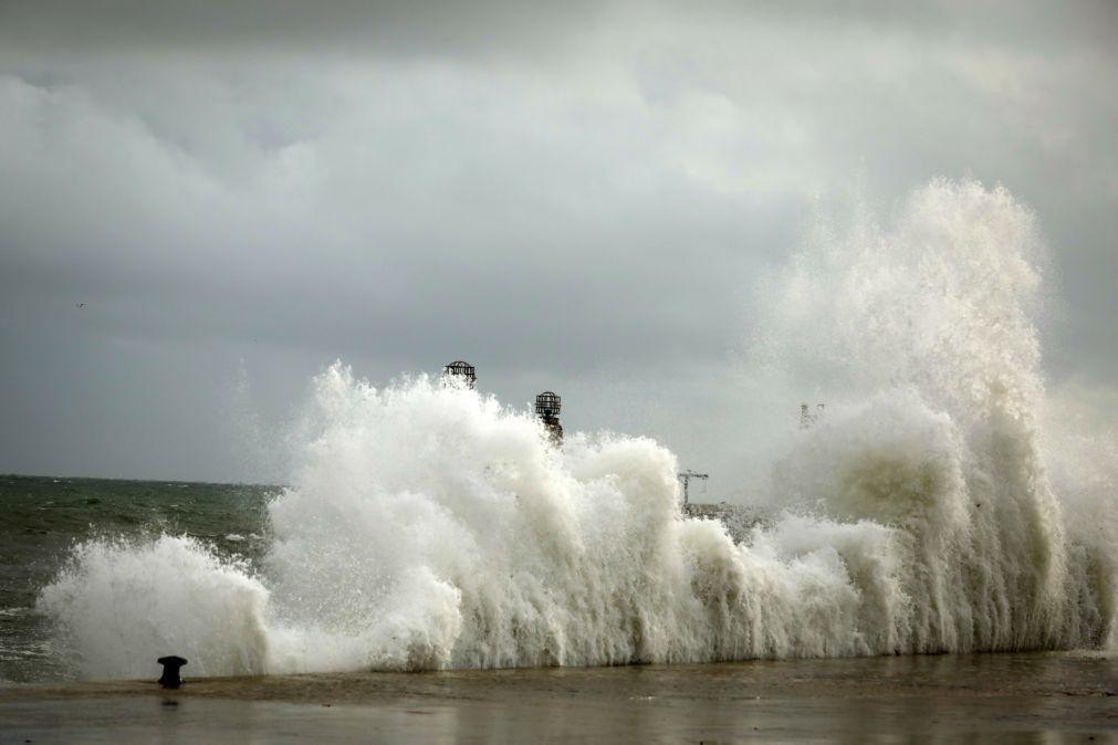 Chuva forte e ondas de 12 metros colocam 8 distritos sob aviso laranja