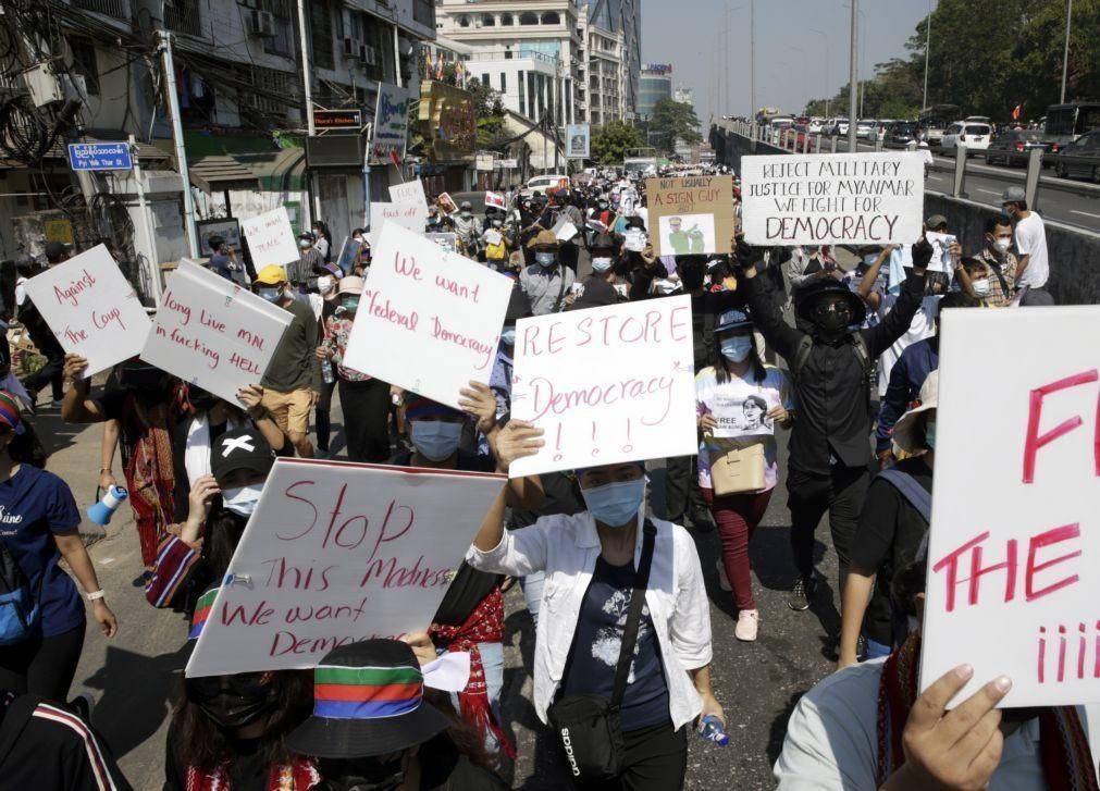 Protestos continuam em Myanmar apesar de lei marcial imposta pelos militares
