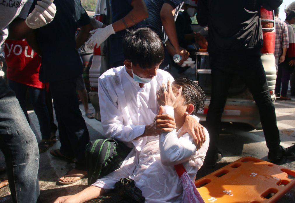 Autoridades de Myanmar tentam travar protestos com balas de borracha e gás lacrimogéneo