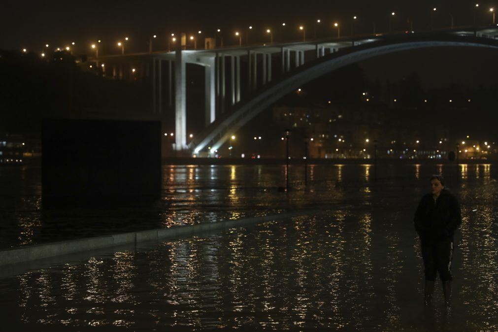 Rio Douro em cheia no Porto a partir das 02h00 de quarta-feira