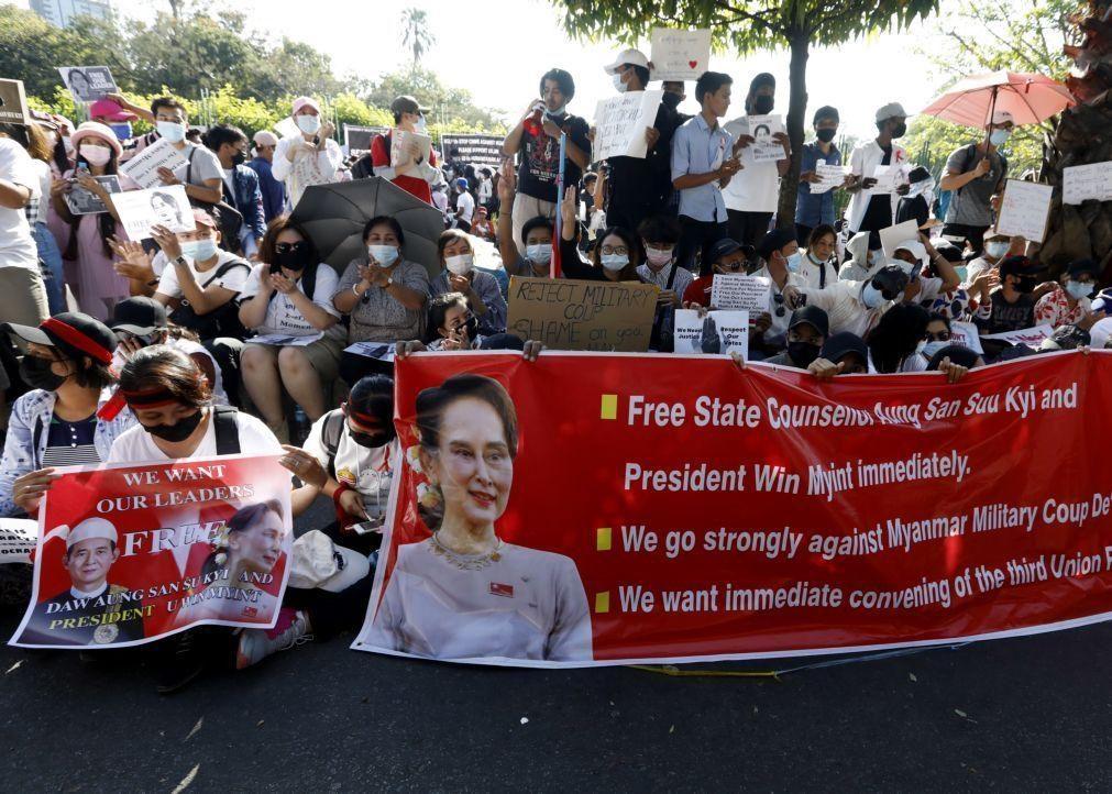 Dezenas de milhares de manifestantes voltam às ruas contra o golpe em Myanmar