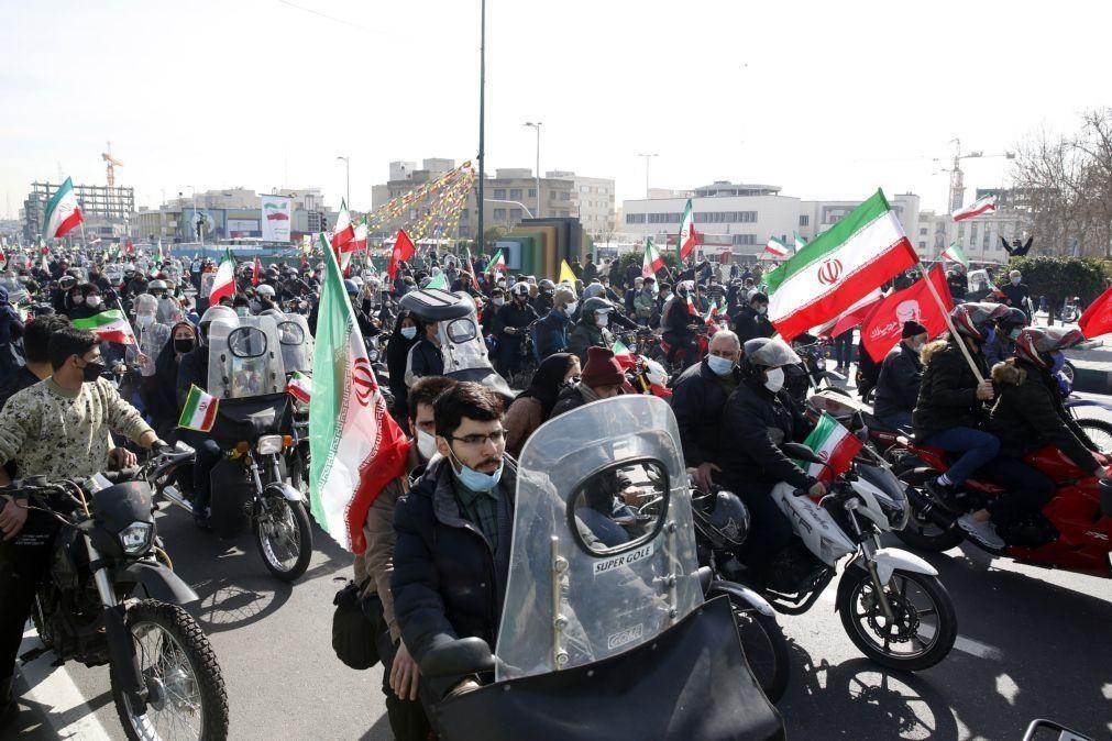 Milhares desfilam de carro no Irão no 42.º aniversário da Revolução Islâmica