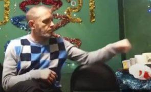 Homem bebe 1,5 litros de vodka em direto no Youtube e acaba por morrer