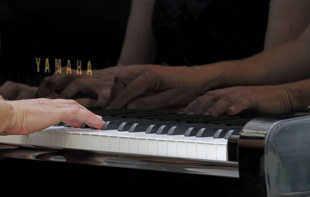 Álbum de piano a quatro mãos homenageia artistas condicionados pela pandemia