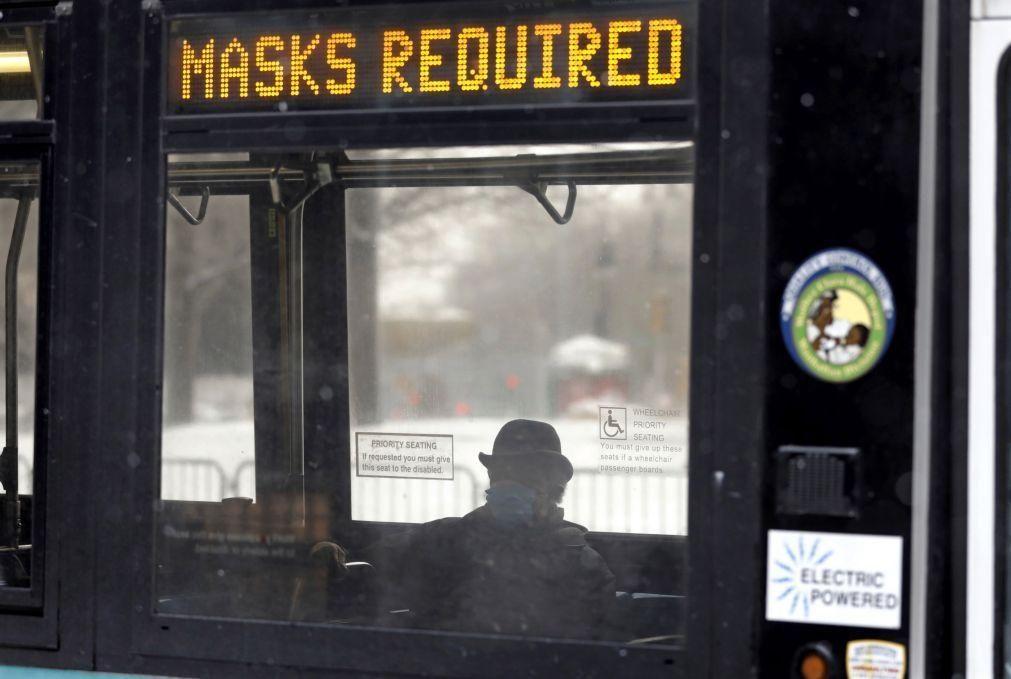 EUA recomendam uso de duas máscaras em simultâneo para conter novas estirpes