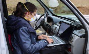 Aluna de Vimioso com aulas online na carrinha do pai à procura de rede