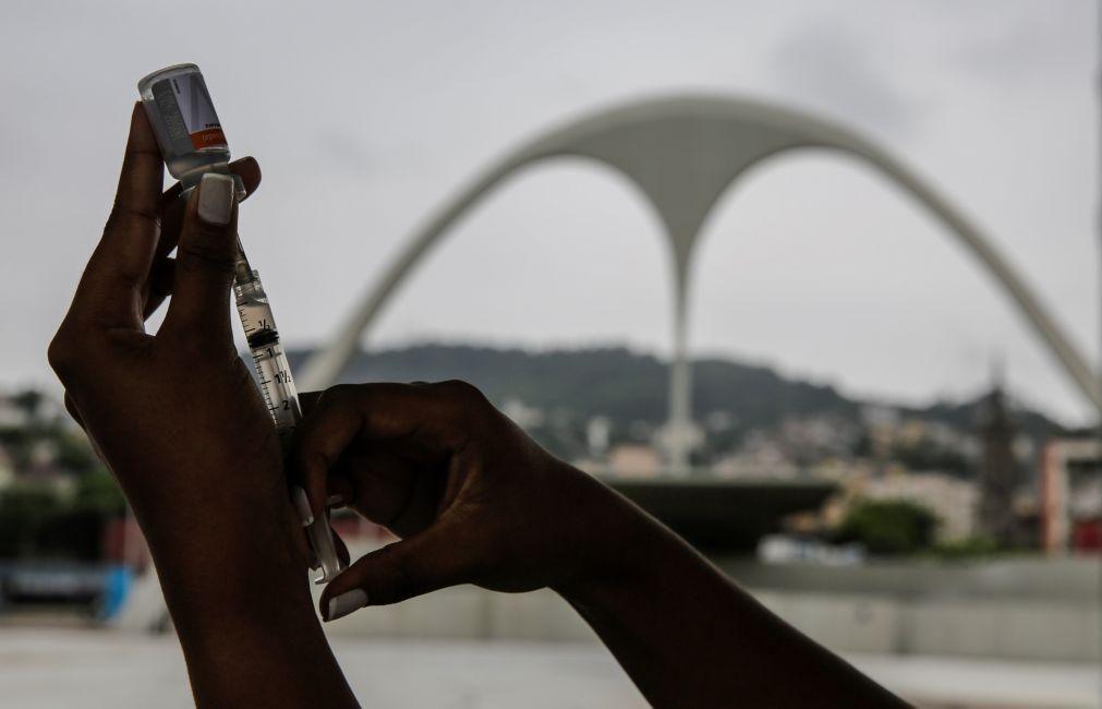 Falta de doses atrasada vacinação contra a covid-19 no Brasil