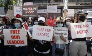 Protestos contra golpe continuam em Myanmar, apesar de numerosas detenções