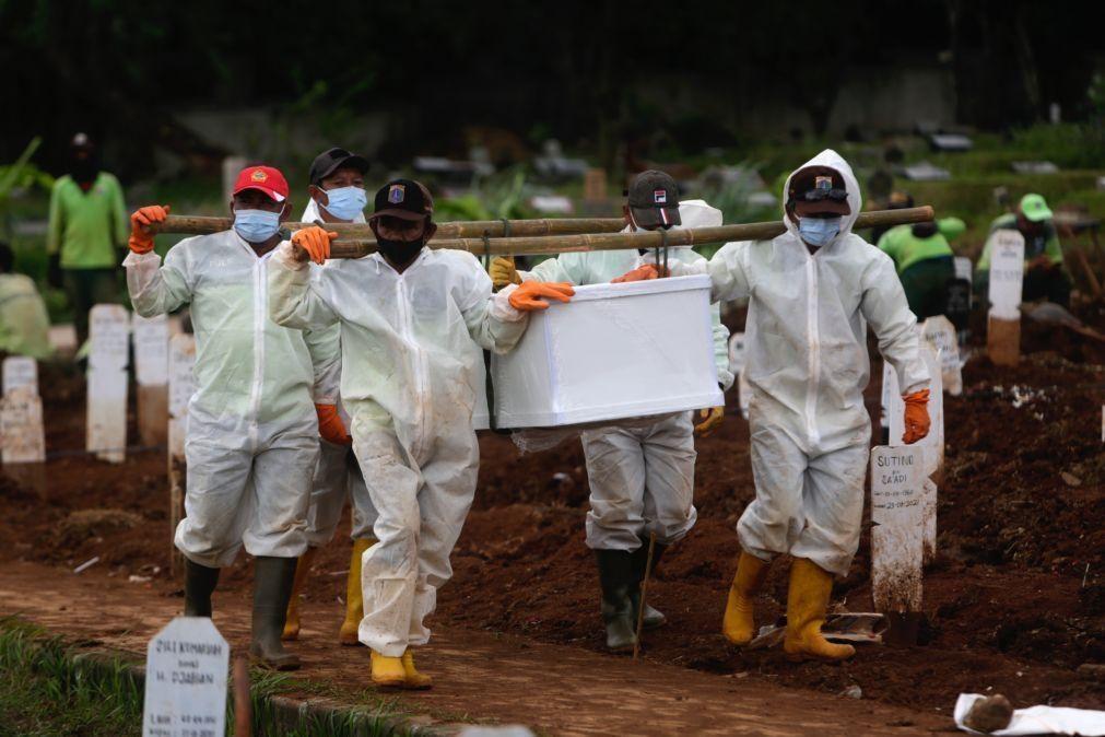 Covid-19: Pandemia causou 2.384.059 mortes em todo o mundo