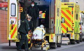Covid-19: Número de novos casos e de mortos continua a descer no Reino Unido