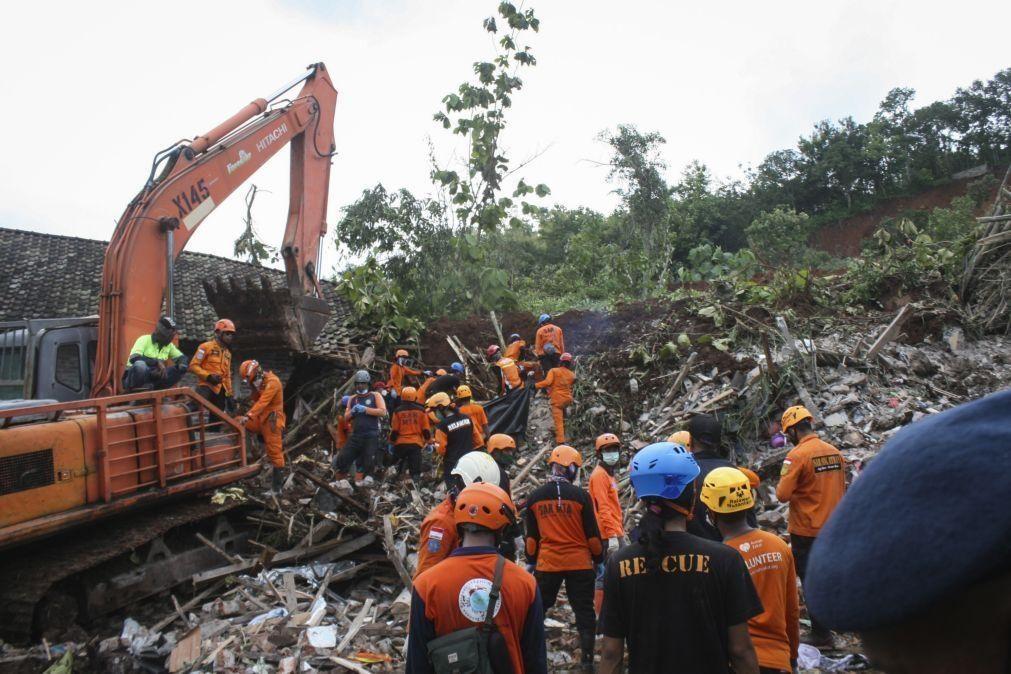 Indonésia: Pelo menos nove mortos e 10 desaparecidos após deslizamento de terras
