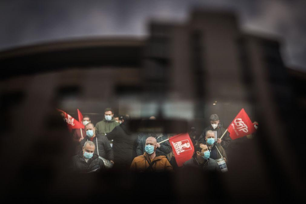 Trabalhadores de refinaria de Matosinhos protestam junto à Câmara do Porto a 25 de fevereiro