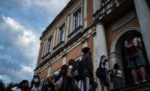 Covid-19: Alunos voltam às aulas presenciais com subida de casos e nova estirpe no Brasil
