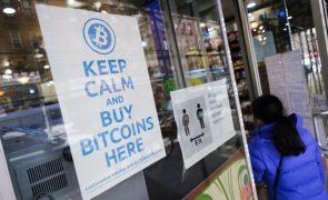Bitcoin atinge máximo histórico de mais de 50.000 dólares