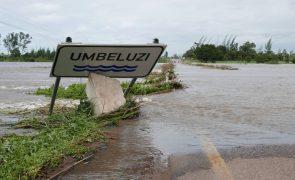 Maria e o bebé enfrentam subida do rio Umbeluzi em Moçambique