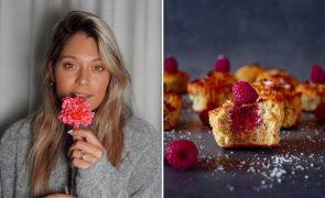 Muffins de Coco e Framboesa Adoce o confinamento com esta receita leve e fácil de Vanessa Alfaro