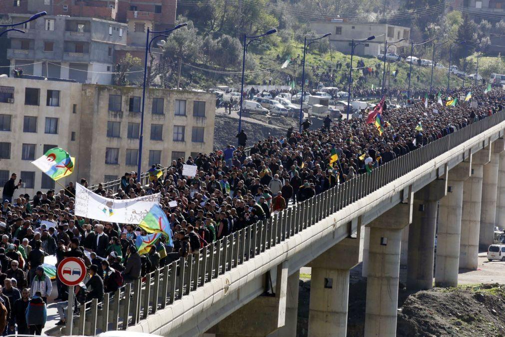 Milhares manifestam-se na Argélia para evocar aniversário de protestos anti-regime