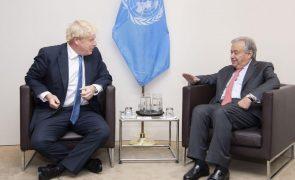 Covid-19: Boris Johnson e António Guterres discutem aumento de produção de vacinas