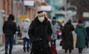 Humidade produzida pelas máscaras pode reduzir gravidade da covid-19