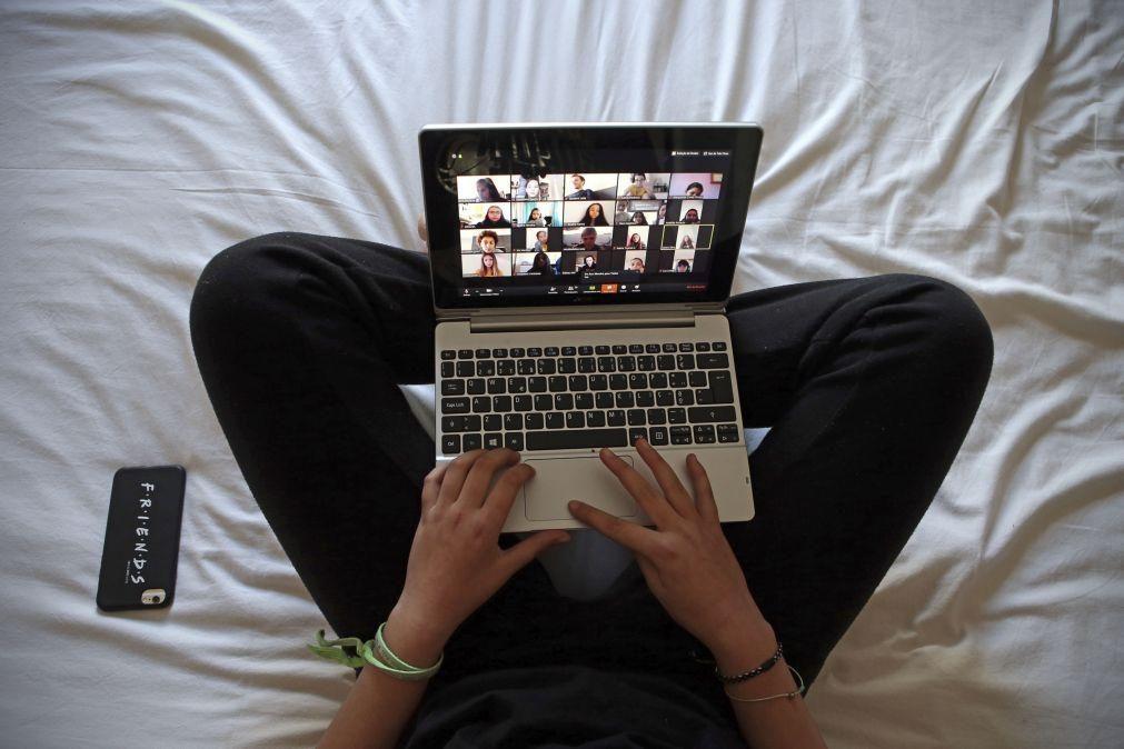Internet com falhas deixa alunos sem aulas, queixam-se pais e diretores