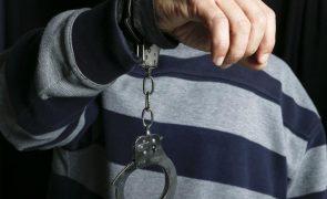 Espanca mulher dentro de casa e acaba detido