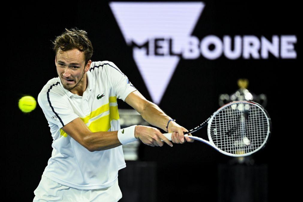 Medvedev elimina Tsitsipas e encontra Djokovic na final do Open da Austrália