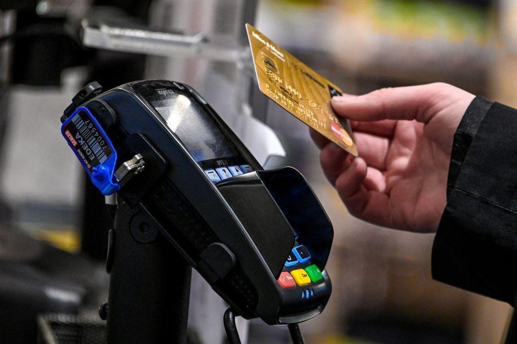 Valor das operações com cartão de pagamento caiu 10% em janeiro deste ano