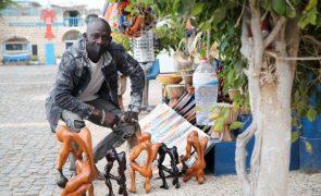 Covid-19: Artistas africanos voltam às ruas do Sal à procura dos turistas
