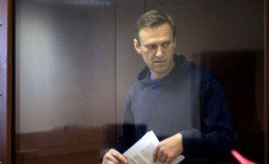 Navalny: Justiça russa mantém opositor em prisão efetiva mas reduz pena