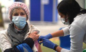Covid-19: Reino Unido acelera vacinação para abranger todos os adultos até agosto
