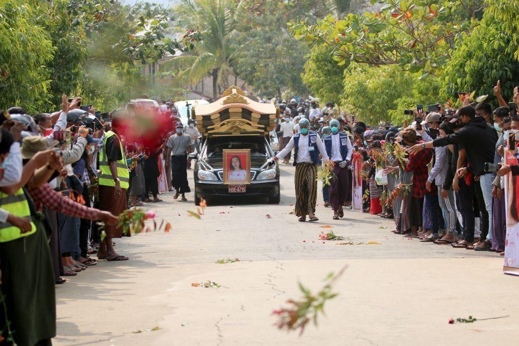 Myanmar: Multidão assiste a funeral de jovem baleada na cabeça pela polícia