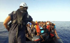 Avistado bote em perigo com 77 migrantes perto de Lampedusa