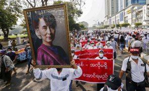 Milhares de pessoas nas ruas no maior protesto contra golpe militar em Myanmar