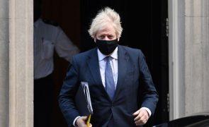 Boris Johnson espera acabar com restrições em junho