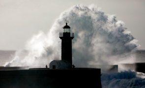 Agitação marítima deixa 8 distritos sob aviso amarelo na quarta-feira