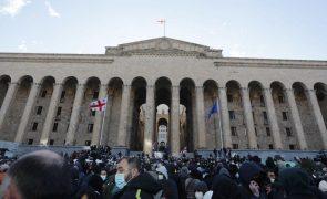 Milhares de pessoas protestam contra detenção de líder da oposição da Geórgia