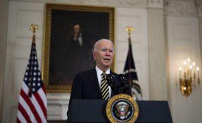 Biden insta Senado a aprovar plano de estímulo nos EUA apesar de revés com salário mínimo