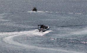 Embarcação com 150 pessoas em risco de naufrágio ao largo da Líbia