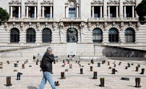 Produtores de leite perdem 200 vacarias e manifestam-se com 200 pares de botas no Porto