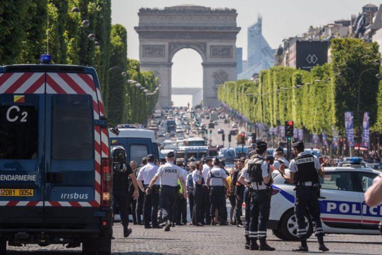 (Vídeo) Automóvel choca contra carrinha da polícia em Paris, veículo explode no impacto